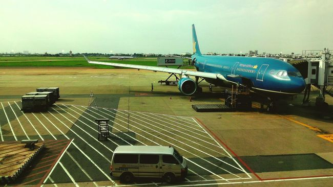 Vietnam Airlines Tan Son Nhat Airport Aeroplane Work In Progress Loadingbay Sky Taking Off