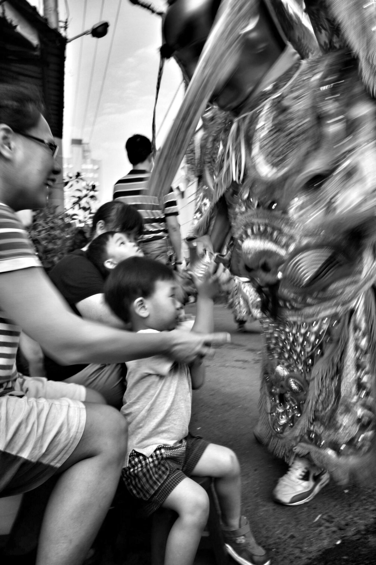 拿椅頭看陣頭-4 The View And The Spirit Of Taiwan 台灣景 台灣情 Streetphotography What I Saw People Portrait Blackandwhite Monochrome