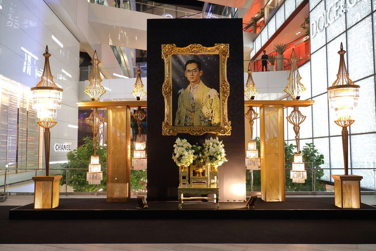 Remembrance of King Bhumibol Adulyadej at the EM Quartier in Bangkok, Thailand Altar Bangkok Bhumibol Adulyadej EM Quartier King Bhumipol Adulyadet King Of Thailand Memories Mourning Thailand Worship Human Representation Illuminated King - Royal Person No People Picture Remember Royal Sculpture Shopping Mall Spirituality Statue