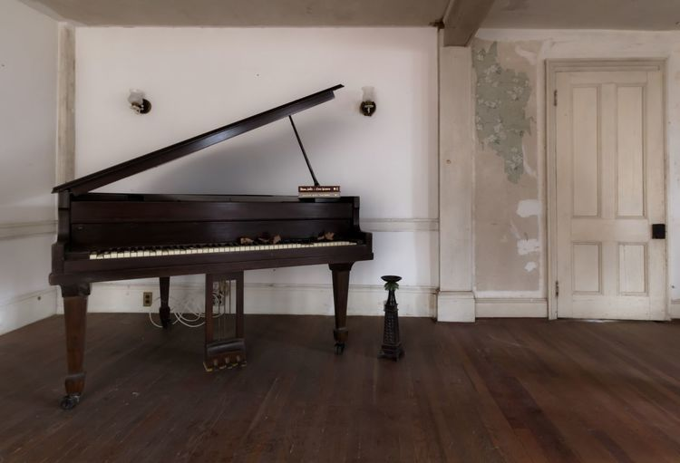 Abandoned farmhouse United States Piano Musical Instrument Abandoned Places Eyeem Abandonment EyeEm_abandonment Forgotten Places  Demolitionbyneglect Abandoned & Derelict Urban Exploration Decay Abandoned Architectural Feature Old-fashioned Canon7d  Mansion Interior