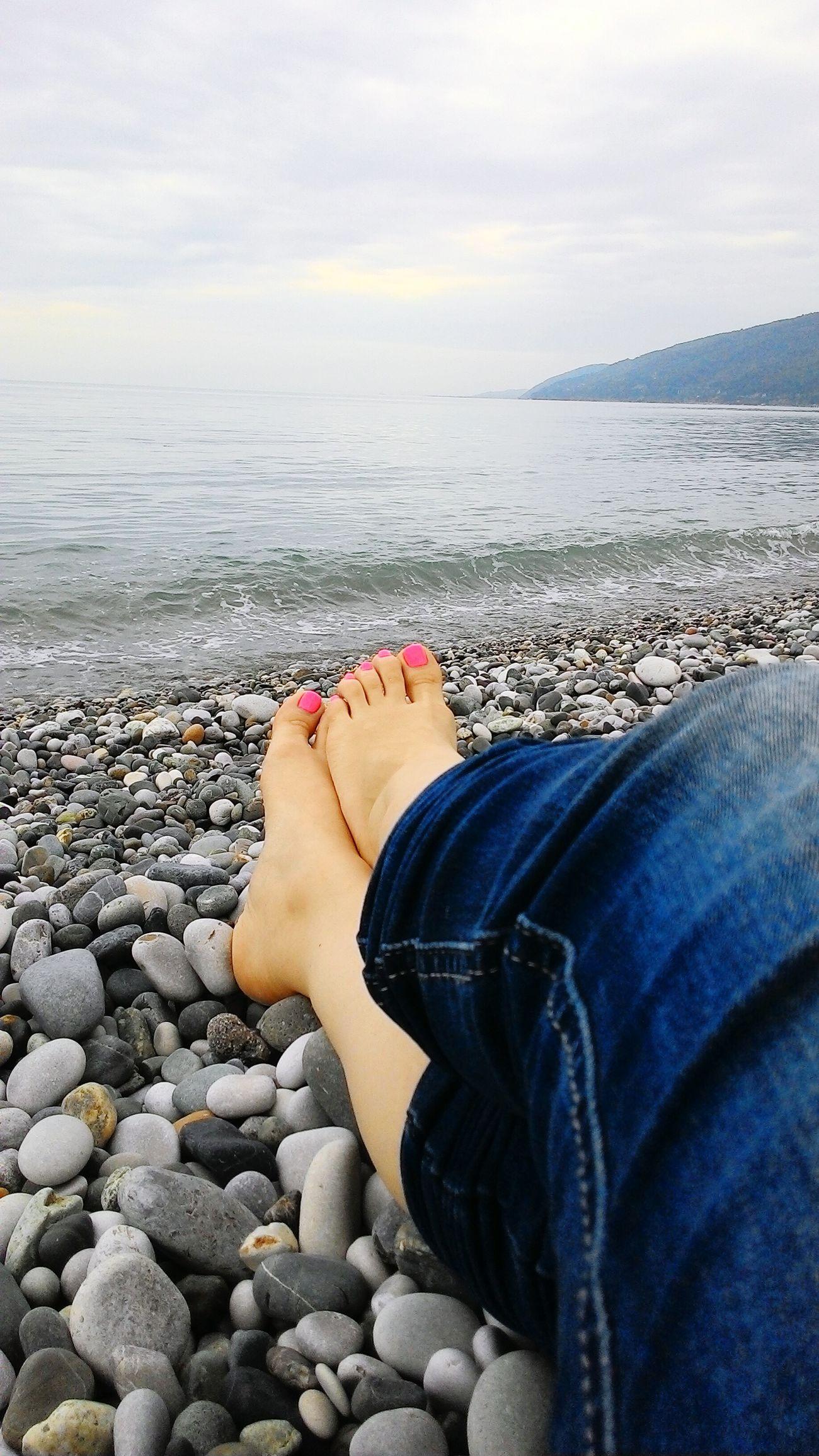 абхазия пляж Гагры ноги