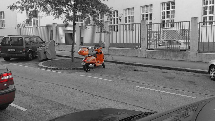 Mopeds Schwarzweiß/orange Wien 2013 Teilweise Farbig