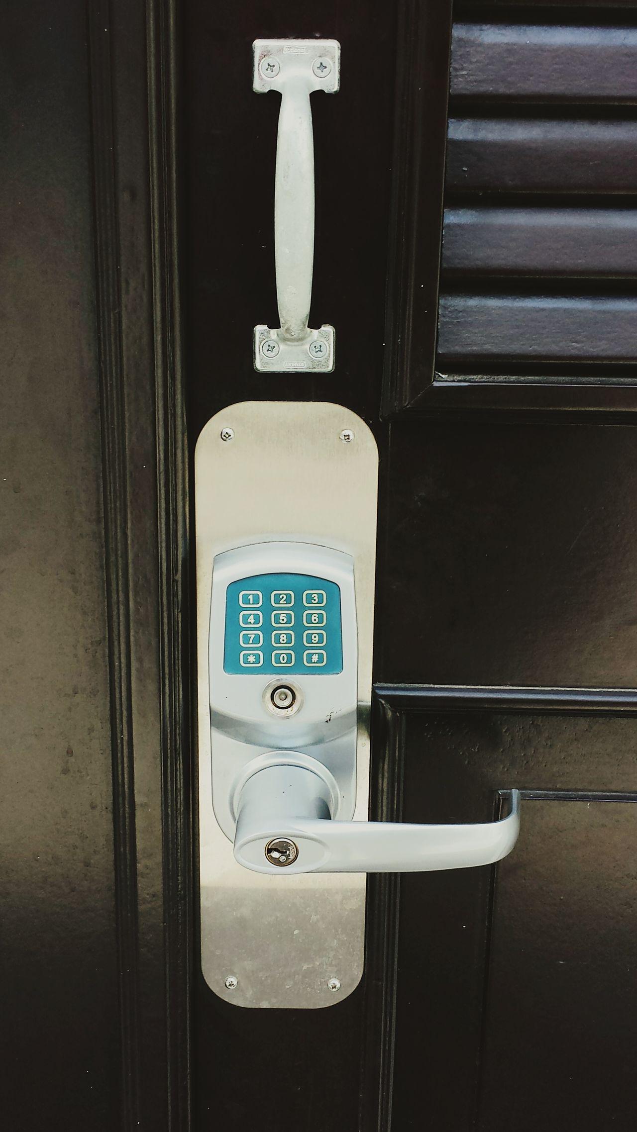 Urban Lifestyle Streetphotography Open Edit Human Meets Technology City Life Door Doorknob Lock Doorporn Modern Lock Close Up Technology