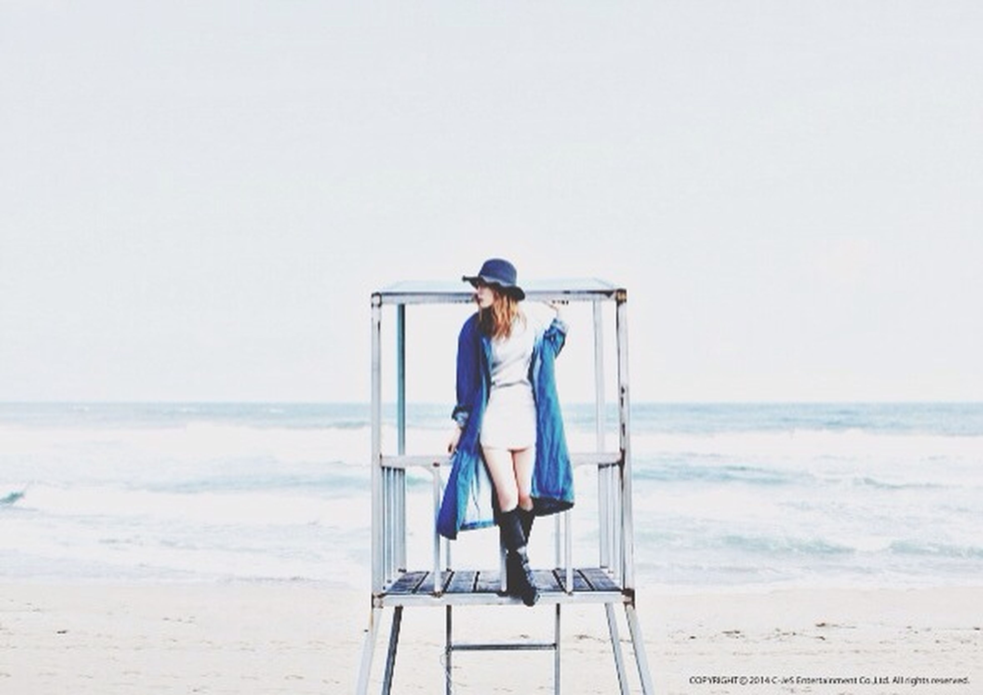 sea, horizon over water, water, beach, full length, rear view, lifestyles, clear sky, leisure activity, copy space, standing, shore, casual clothing, tranquility, vacations, tranquil scene, person, scenics