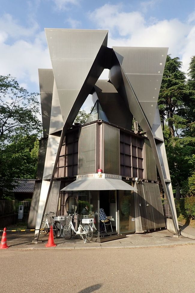 Ultimate Japan Be acquainted with the local police post known as koban. One of their main roles is to provide assistance in directions and maps. This particular structure is located at Ueno Park. It is always interesting & delightful to find others with different structures that accommodate the style of that precinct... Koban Police Station Ueno Ueno Park Taitoku Tokyo Japan Structure Aechitecture Building Unique Unique Architecture Unique Building Transformer