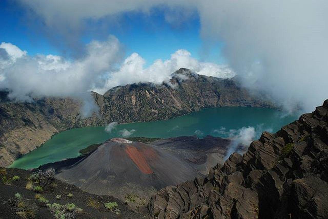 Danausegaraanak dan Gunungbarujari dilihat dari Puncakan Gunungrinjani Lombok . Nikond80 2008 . Landscape Travel Adventure Wonderfulindonesia Pendakiindonesia Natgeo