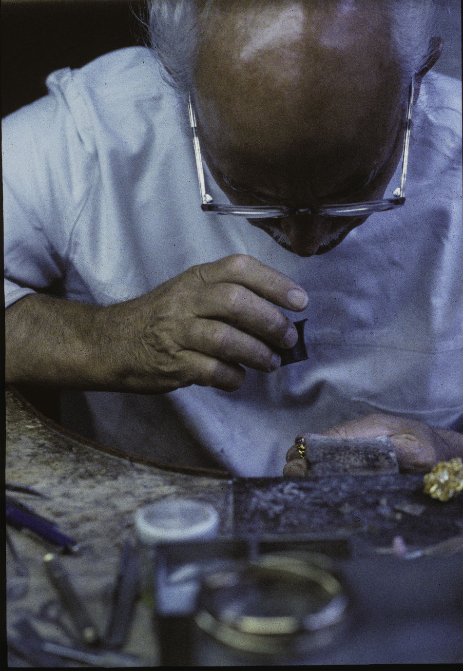 Lupe Atelier Brille Gold Holztisch Lupe Schmuck Schmuckstück Werkstatt-Atelier