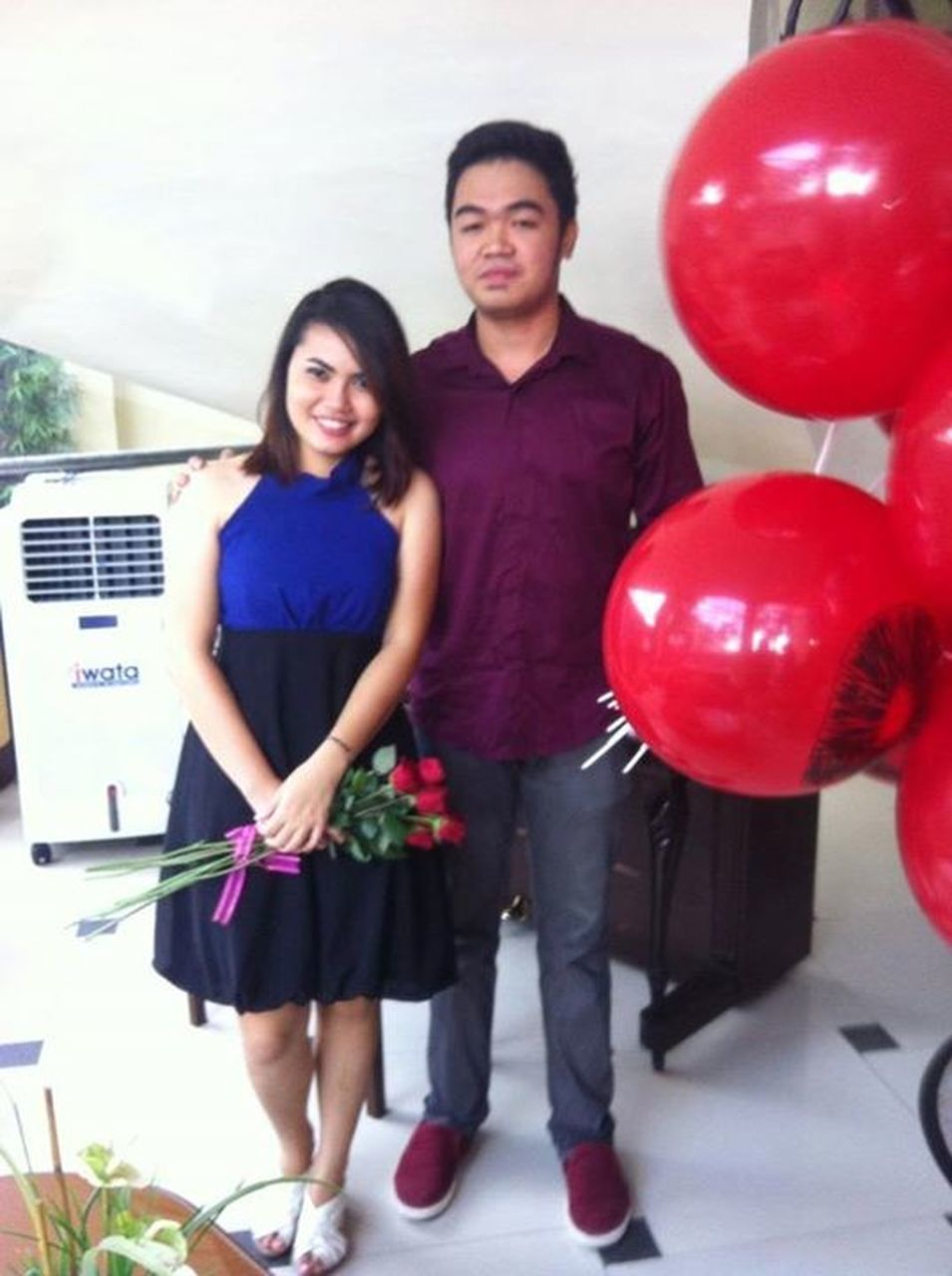 two people, heterosexual couple, portrait, smiling, front view, looking at camera, young adult, full length, young men, young women, happiness, men, standing, young couple, casual clothing, love, togetherness, cheerful, holding, couple - relationship, balloon, women, adult, lifestyles, indoors, adults only, day, white background, people