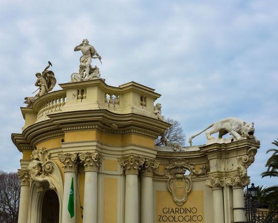Ingresso del giardino zoologico di Roma Statue Zoo Architecture Cielo City Day Human Representation Leone Low Angle View Sculpture Sky Statue Zoology
