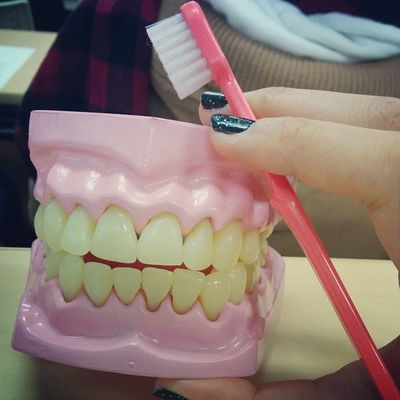 誰かさんの黄ばんだ入れ歯?✨笑笑 子どもの保健 授業 歯磨き指導 気に入った 親知らず抜くか抜かないか
