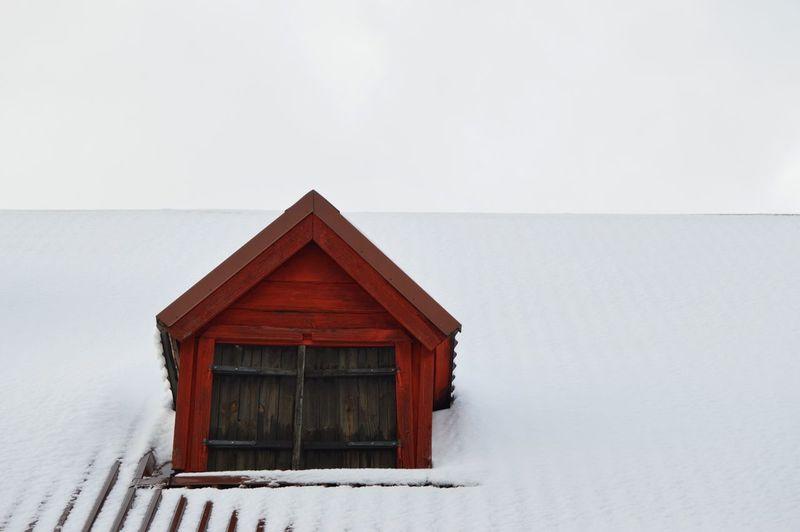 Sockerbruksladan Roof Rooftop Barn Sockerbruksladan Stenebergsparken Brynäs Old Red Old Building  Winter Snow Cold Temperature Weather Outdoors Built Structure Architecture Building Exterior Sky Day Shades Of Winter