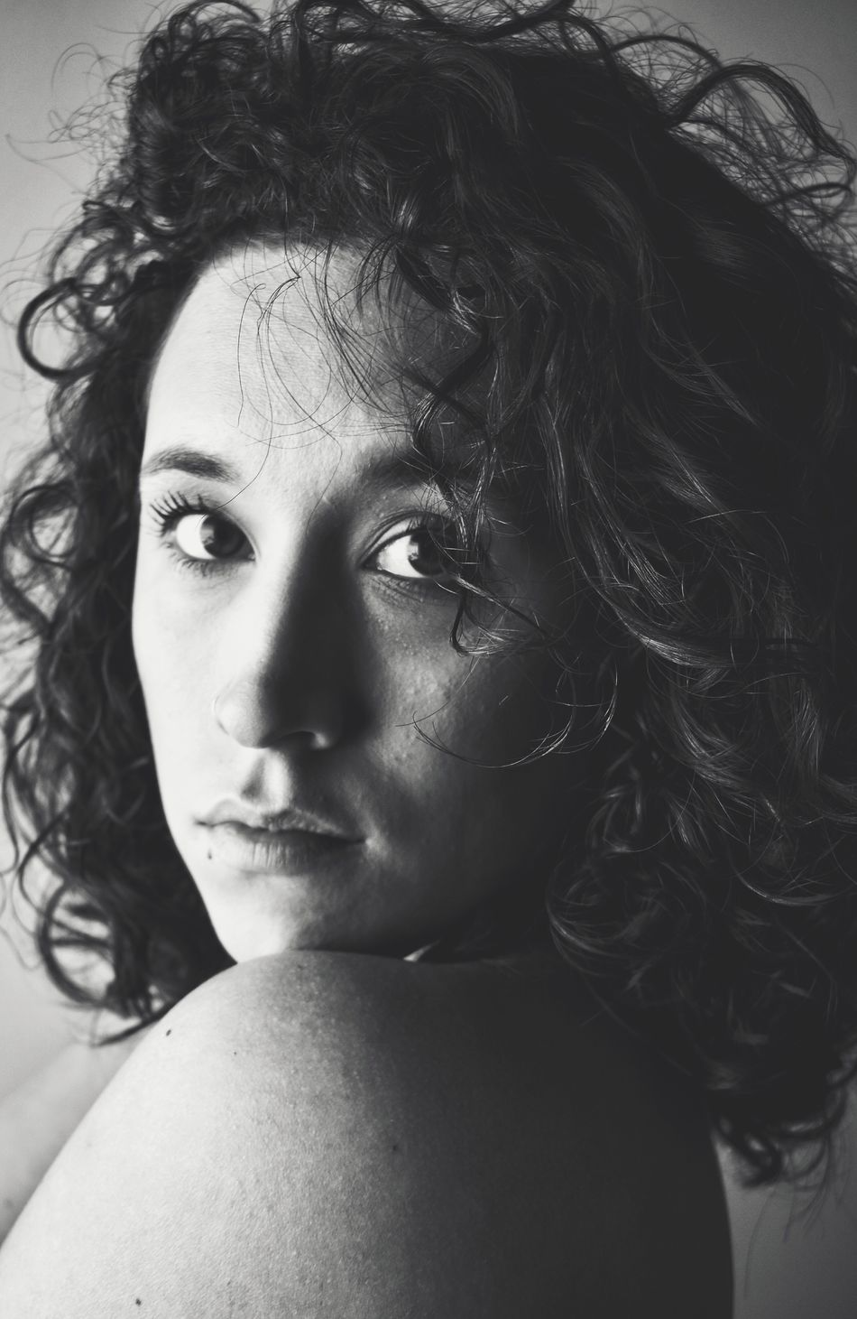 Look at me! Portrait Portrait Of A Woman Real People Close-up Looking At Camera Curly Hair Fragility Lookatme Miradas Memories Photoproject Blackandwhite Photography Black And White Portrait Myproject