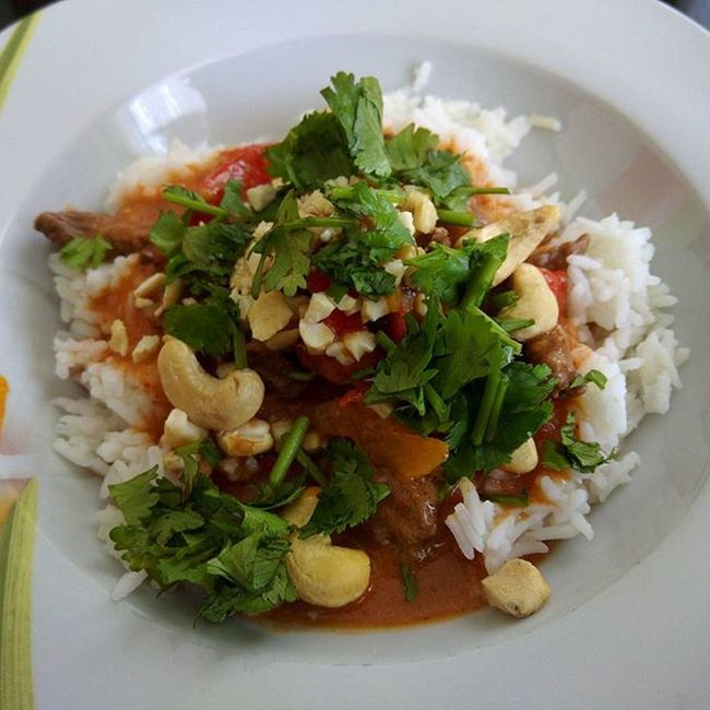 Neulich habe ich mir zwei neue Kochbücher gegönnt und heute endlich das erste Rezept probiert. Es wurde ein Rindfleischcurry mit Paprika und es war einfach nur lecker. Zwar etwas scharf, aber Thailändisch werde ich jetzt häufiger probieren. (525kcal) Thailändisch Asiatisch Curry Rotescurry Paprika Tomate Nuss Koriander Reis Mittag Lecker Foodpic Foodporn Essen Abnehmen Abnehmen2016 Derspeckmussweg Gesundessen Gesunddurch2016 Gesundleben Gesund Healthy Diät Kalorienzählen Kcal yazio