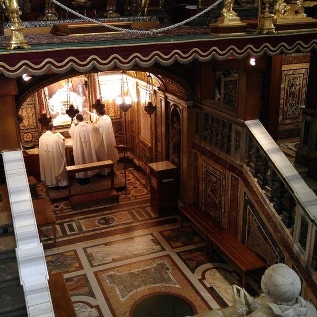 산타마리아마조레 성당에는 예상치 못한 물건이 있었습니다. 예수가 태어났을 때 모셨던 말구유죠.(아. 물론 추정되는 이라는 전제가) 은과 조각으로 치장을해 놓았습니다만 아무리 추정이래도 저런게 남아 있다는 것 자체가 신기하더군요. Santamariamaggiore 산타마리아마조레성당 말구유 Rome Roma 로마