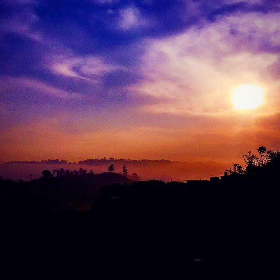 """""""Creer que un milagro puede suceder en cualquier momento es necesario para nuestra alegría"""" SerComoElRioQueFluye Paulocoelho Sunrise SRC Copan Honduras hn instadawn Dawn aurora beautiful landscape nice view fog cloudsporn clouds amazing sky skyporn instasky horizon instalike instamoment instagood nature panorama"""