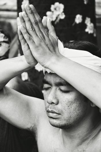 Praying / The Portraitist - 2016 EyeEm Awards Holy Spring Water Temple Temple Bali Religion INDONESIA Asian  Hinduism Hindu Temple Prayer Traveling People Photography Candid Photography Capture The Moment Contemplative Meditation Balinese Religious  Calm Black And White Photography Close Up Gesture Praying Hands Feel The Journey Monochrome Photography