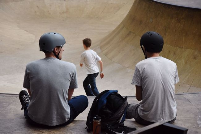 Sports Photography People Skater Boys At The Wall Togetherness Daredevil 3 Boys Talking Lifestyle Taking Photos Freestyle Adrenaline Junkie Area