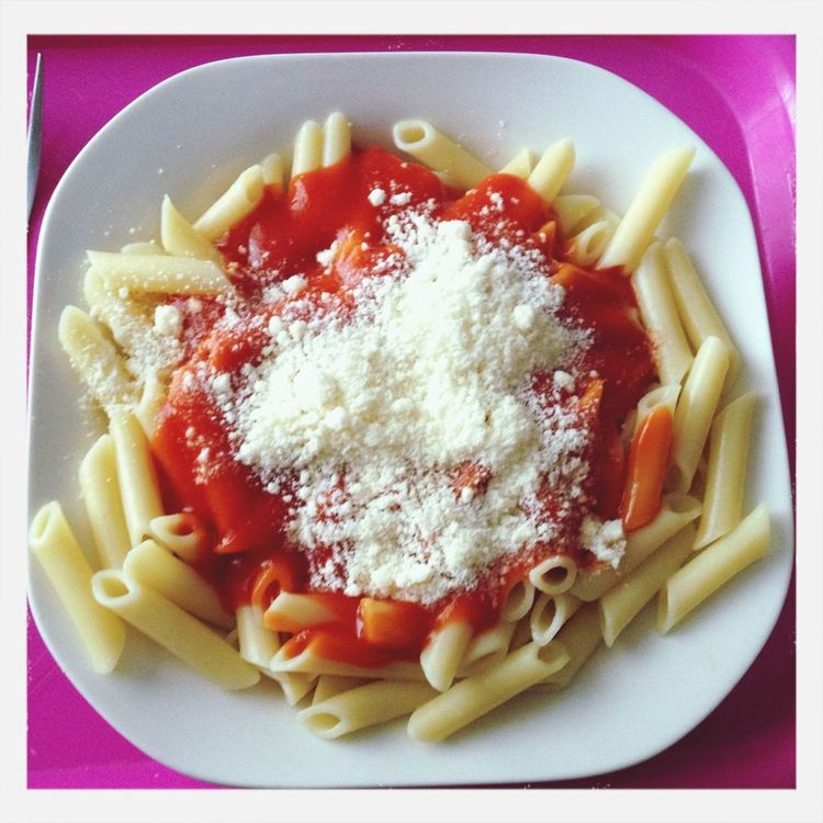 Macaroni with tomato sauce and cheese powder. Food Vegetarian Food mMacaroniMacarrones