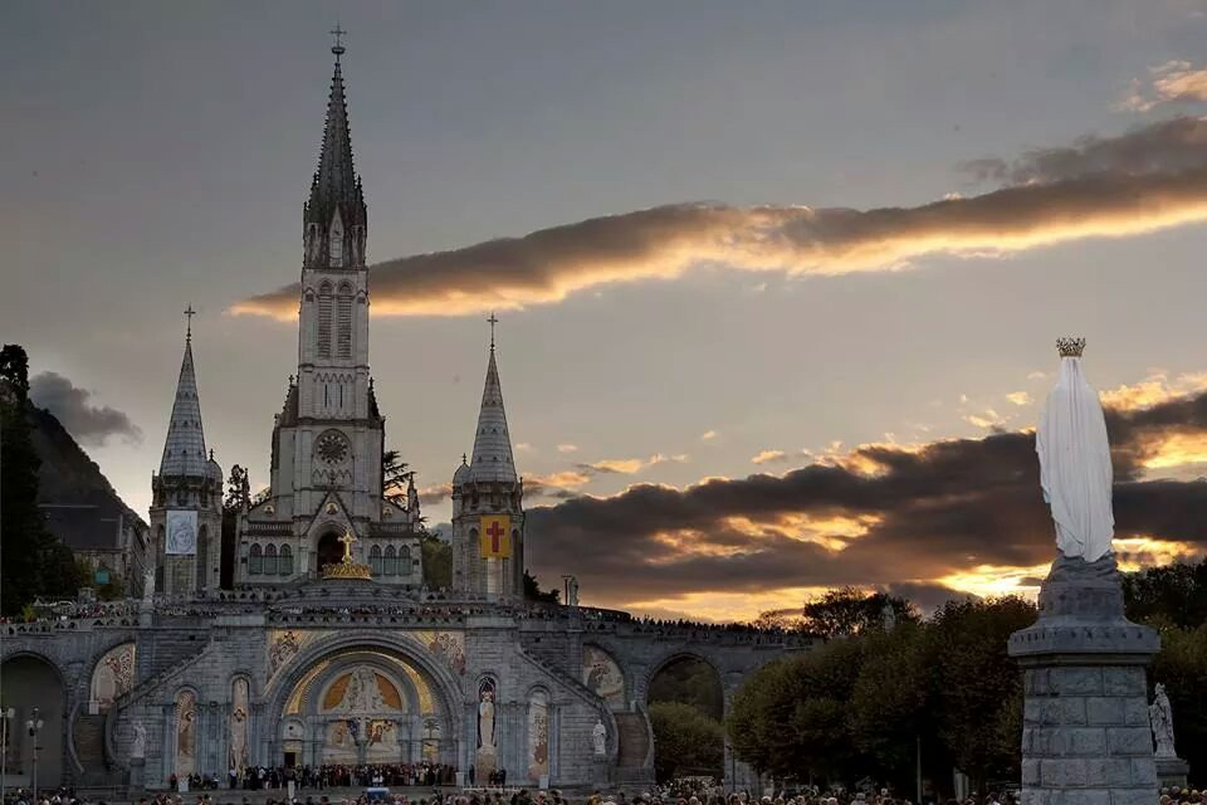 architecture, built structure, building exterior, place of worship, religion, sky, spirituality, church, famous place, travel destinations, sunset, cloud - sky, tourism, history, dome, cathedral, low angle view, travel