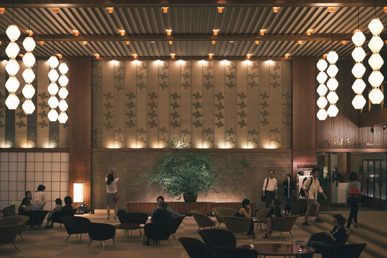 Hotel Okura 2015 Ceiling Design Historic Historical Building History Hotel Illuminated In A Row Indoors  Interior Interior Design Japan Japanese  Japanese Culture Landmark Leading Lines Lighting Equipment Lights Okura Hotel People Sitting Symmetry