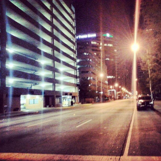 Ночью нам улицах совсем пусто...