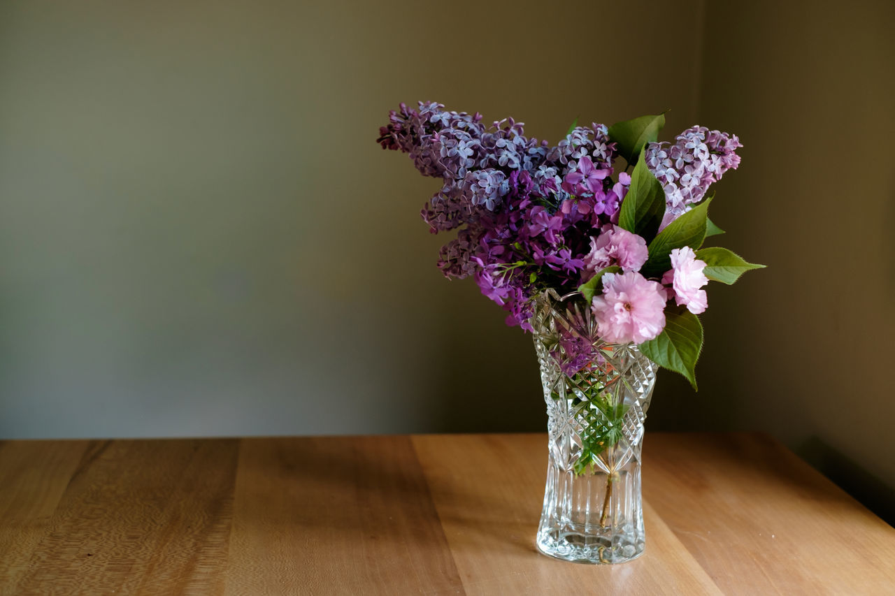 flower, table, vase, indoors, wood - material, bouquet, fragility, no people, close-up, plant, freshness, flower head, day, nature