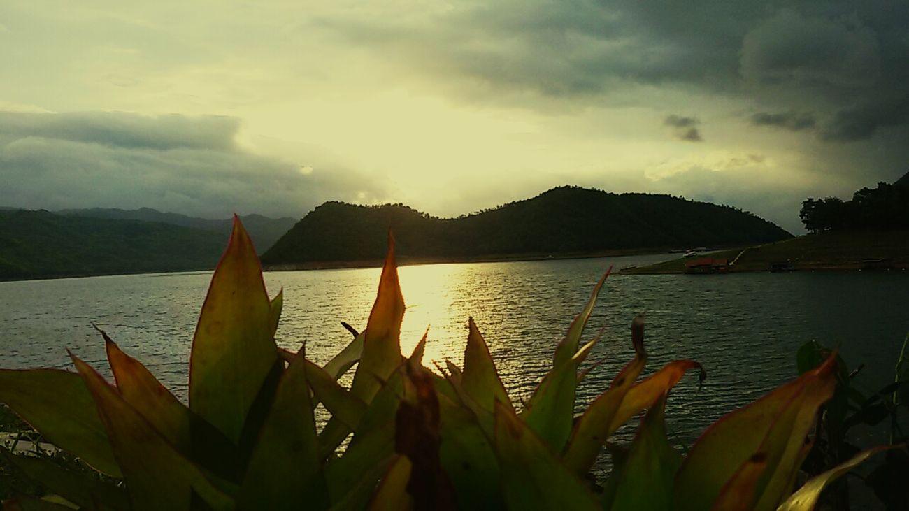 ณ .. สถานที่เดิมๆแล้วก็สวยเหมือนเดิมทุกวัน♡♡♡ แพแม่น้ำใสเขื่อนศรีนครินทร์ แพแม่น้ำใสแพพักบนน้ำ