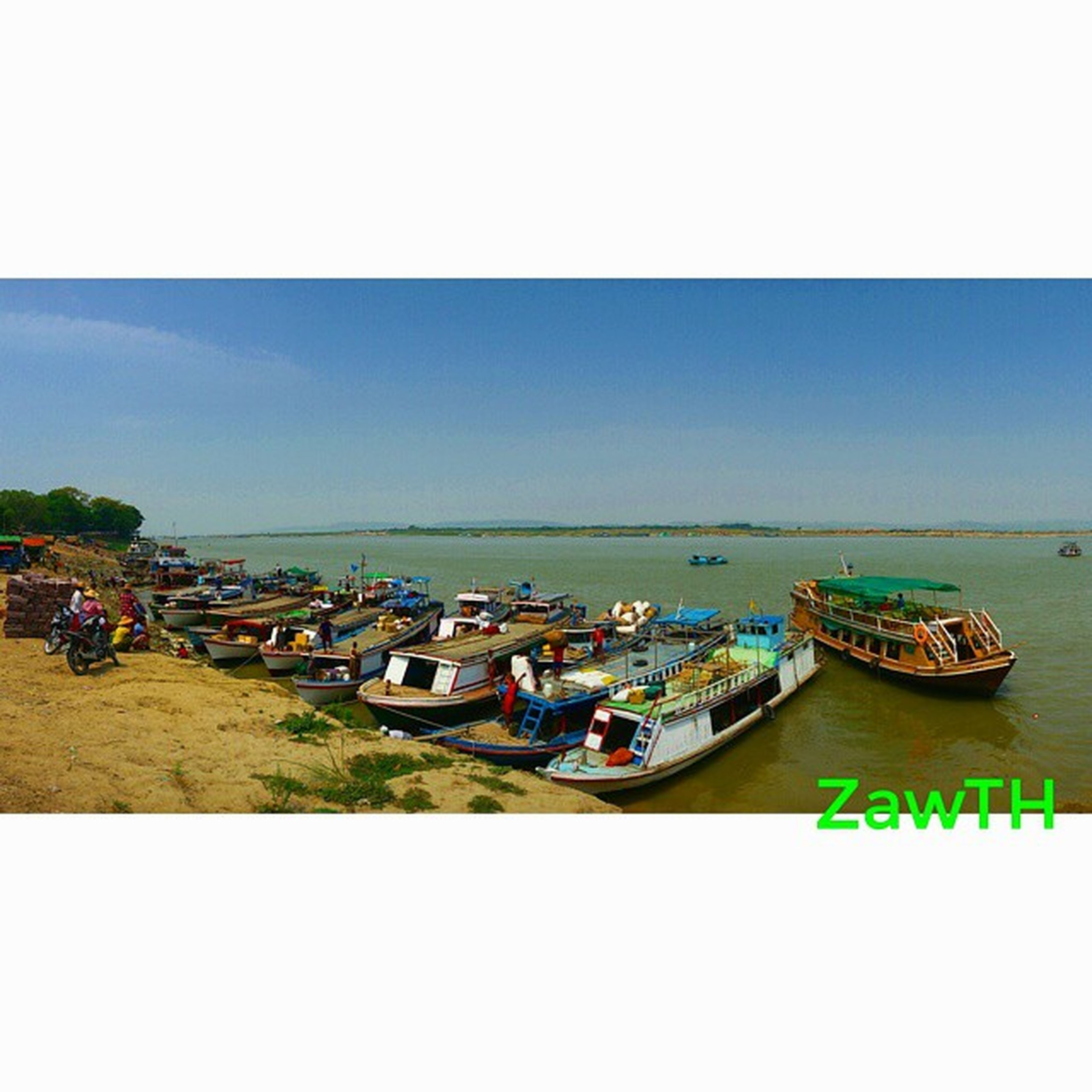 Boats at the bank. Ayeyarwaddy Irrawaddy River Mandalay Myanmar Burma Exploremyanmar Goldenland Igersmyanmar Igersmandalay Vscomyanmar Myanmarphotos Ship Bank Riverbank Igers Ig_pic GalaxyGrand2 Picofftheday Nothingordinary_ Zawth Asean Aseantravel Aseanchannel
