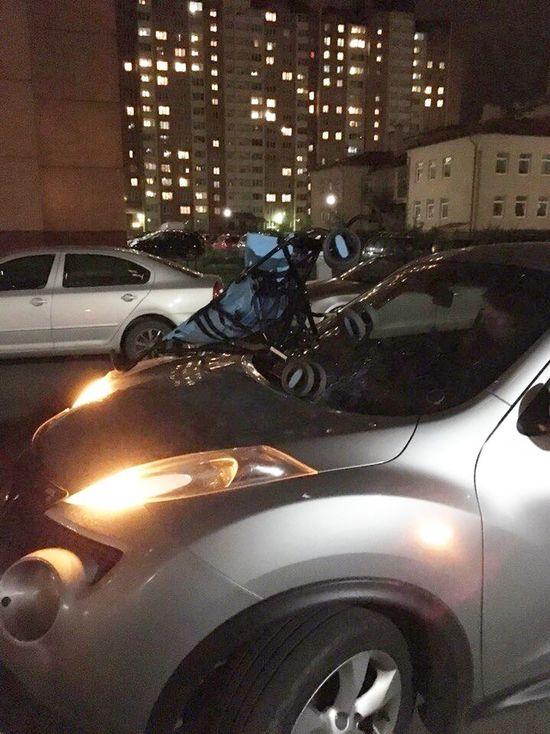 Когда ты псих то можно оторваться на коляске, выкинув её из окна на чужую машину. Псих Горелово Спб Осень 🍁🍂
