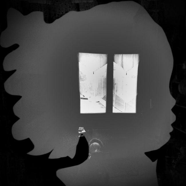 Il y a toujours , même dans un reflet , une fenêtre ouverte sur le monde ... Mirror Bnw_friday_eyeemchallenge Black And White Collection  Bnw_collection Bnw_captures
