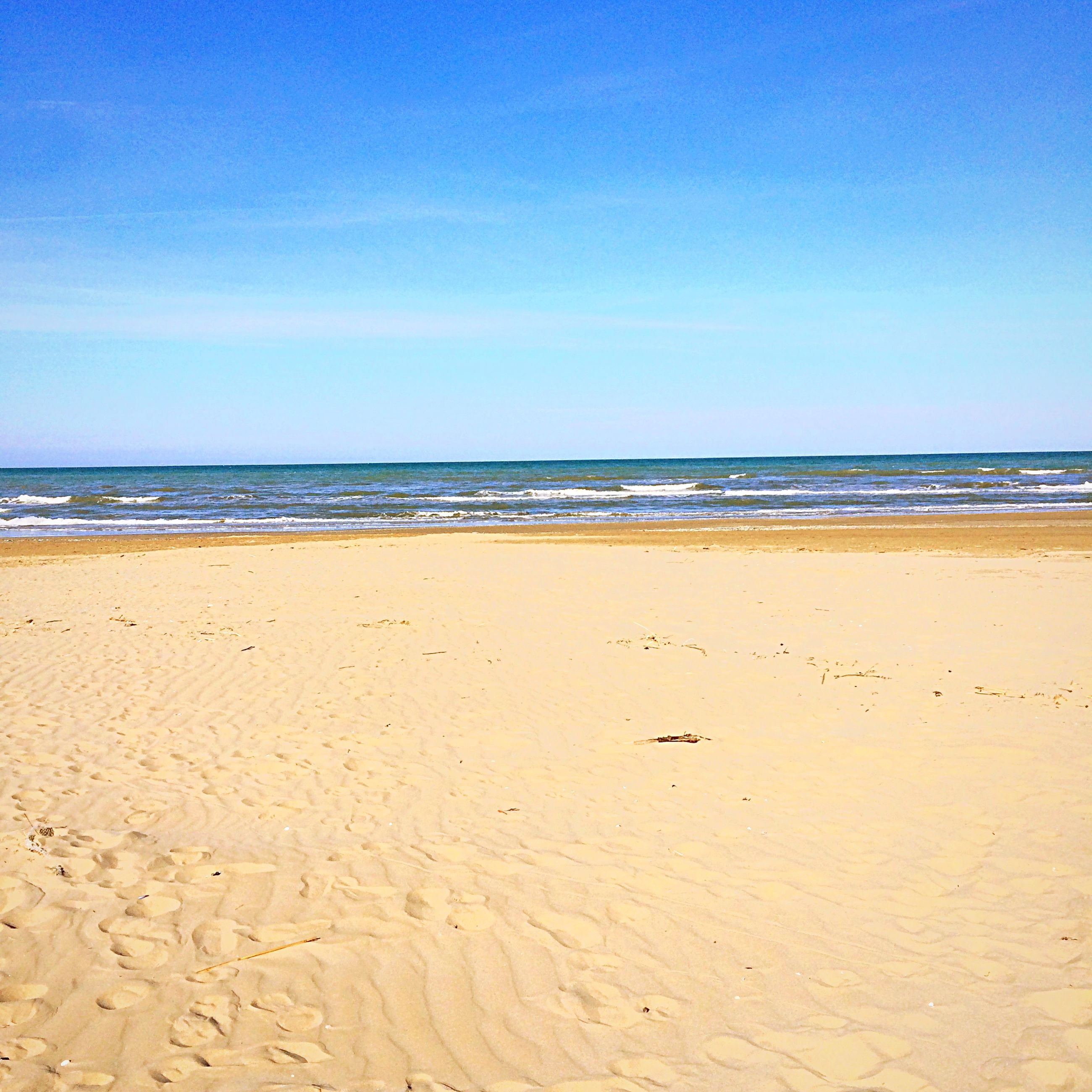 beach, sea, sand, horizon over water, shore, water, tranquil scene, tranquility, blue, scenics, beauty in nature, sky, nature, clear sky, idyllic, copy space, wave, coastline, sunlight, remote
