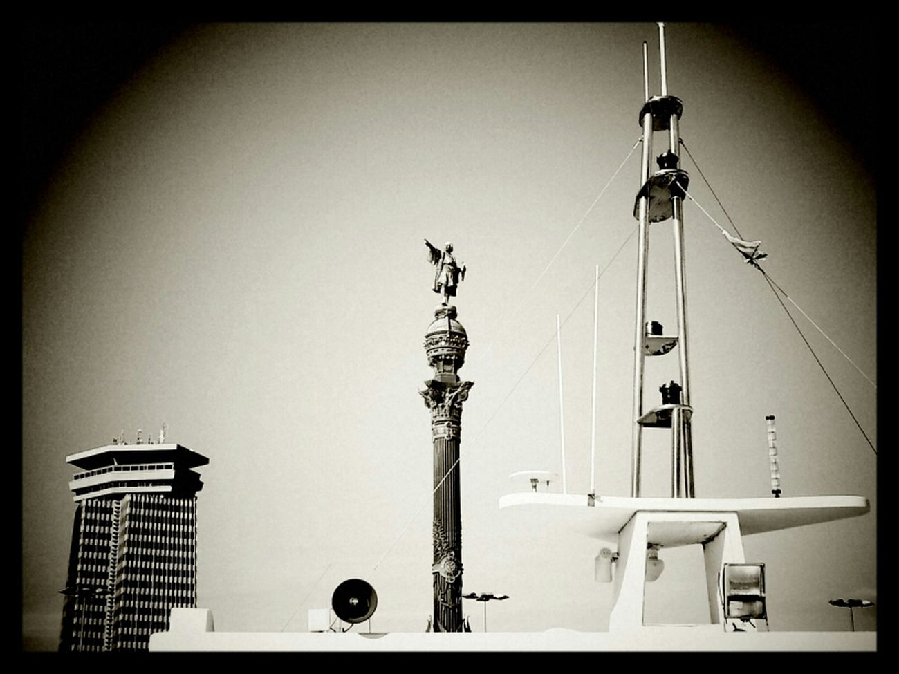 Torre, Colom i vaixell / Tower, Columbus' statue and boat. Black And White Bw Cities Blackandwhite
