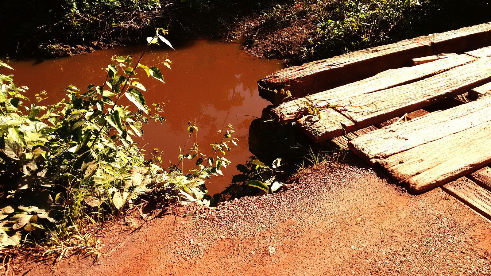 Igarapé com águas turvas. Poeira das estradas de chão e tipo do solo Barroso... Igarapé Ponte Interior