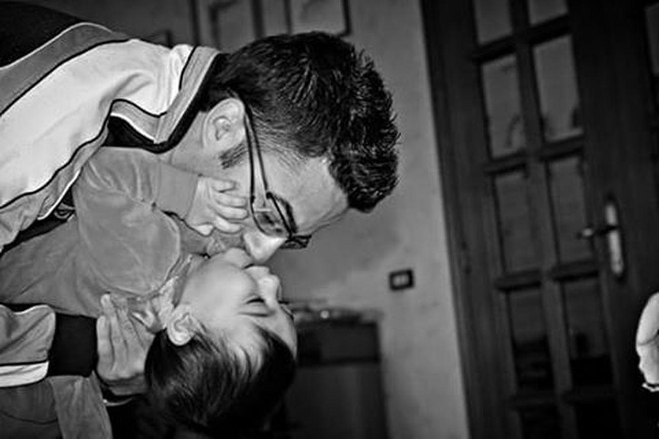 """""""Un bambino sulle spalle di suo padre: nessuna piramide o colonna dell'antichità è più alta..."""" (Fabrizio Caramagna) Niece  Nipote Fratello Brother Family Love Biancoenero Blackandwhite Photography Blackandwhite Black And White Photography Bnw_life Bnw_italia Bnw_captures Bnw_collection Bnw Bnw Photography Bnw_magazine Bnw_shot Bnwlife Bnwcollection Monochrome Monochromatic Monochrome_life Monochrome _ Collection"""