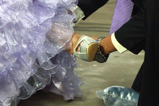 Fiesta de 15 años, donde su papá coloca sus sapatos de señorita. 15Años 15years Doughter  Fiesta Foot Happy High Heel Hija Human Body Part Human Foot Padre Part Of Party Personal Perspective Pink Princess Purpura RePicture Masculinity Sapato  Shoe Terno