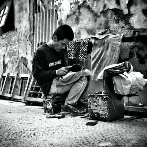 """Tukang sol sepatu"" Keberadaanya telah tergerus jaman, tapi masih banyak orang yang masih membutuhkan jasanya @japemethe Japemethe Japemethe_bekerja ---------------------------------------------- ⭕Istrie Streetphotograph wearejuxt streetphoto_bw bw_indonesia bnw blackandwhite bw fotodroids instadroid instago mobilephotography"