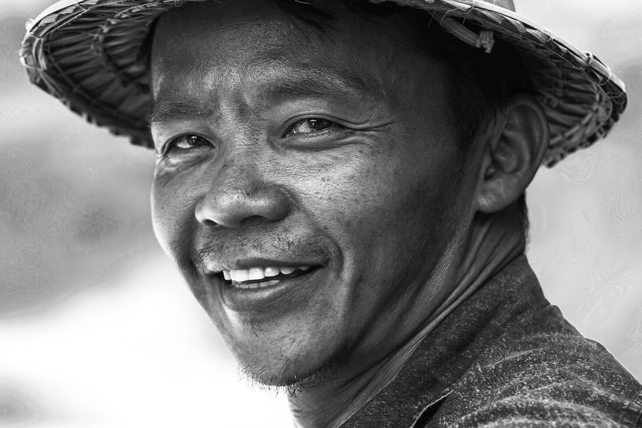 Headshot Portrait Looking At Camera Close-up Person Tailandia Thailand Man Black And White EyeEm Gallery EyeEm EyeEm Best Shots - Black + White David Bokeh Retrato Hombre Sonrisa Smile Chiang Mai | Thailand Street Photography Streetphotography