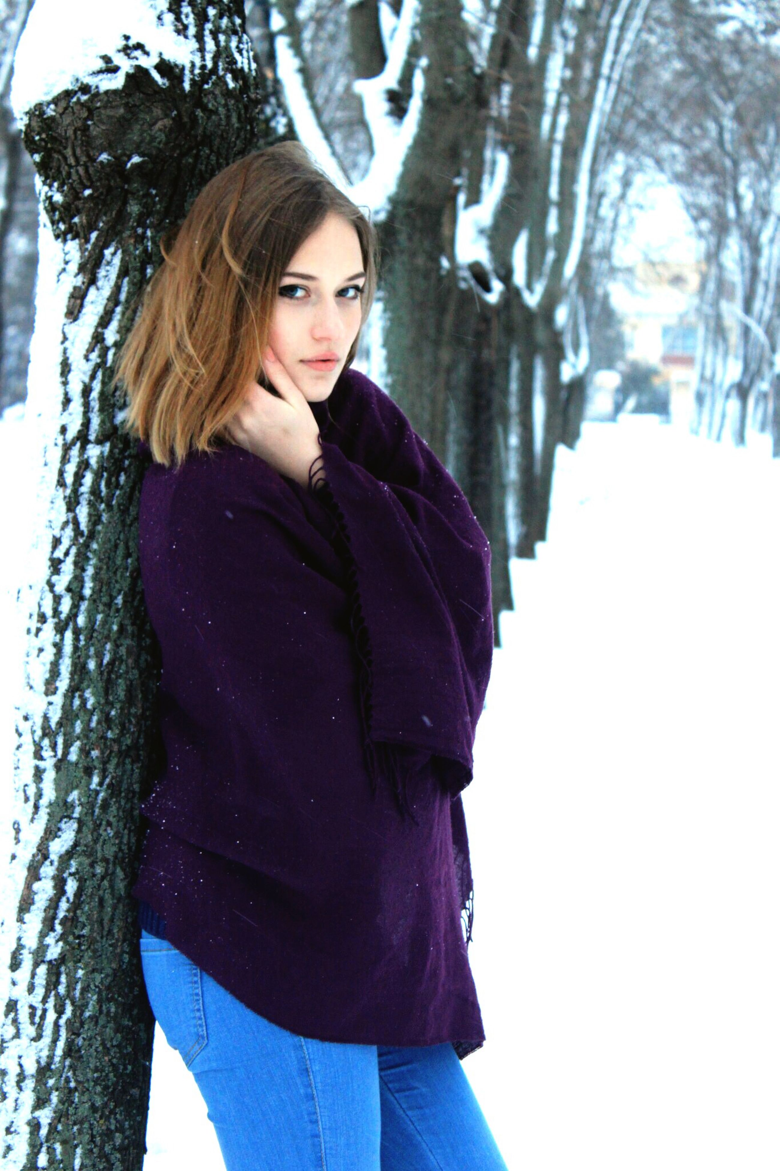 young adult, young women, person, portrait, looking at camera, lifestyles, front view, casual clothing, long hair, winter, three quarter length, standing, leisure activity, smiling, warm clothing, snow, cold temperature