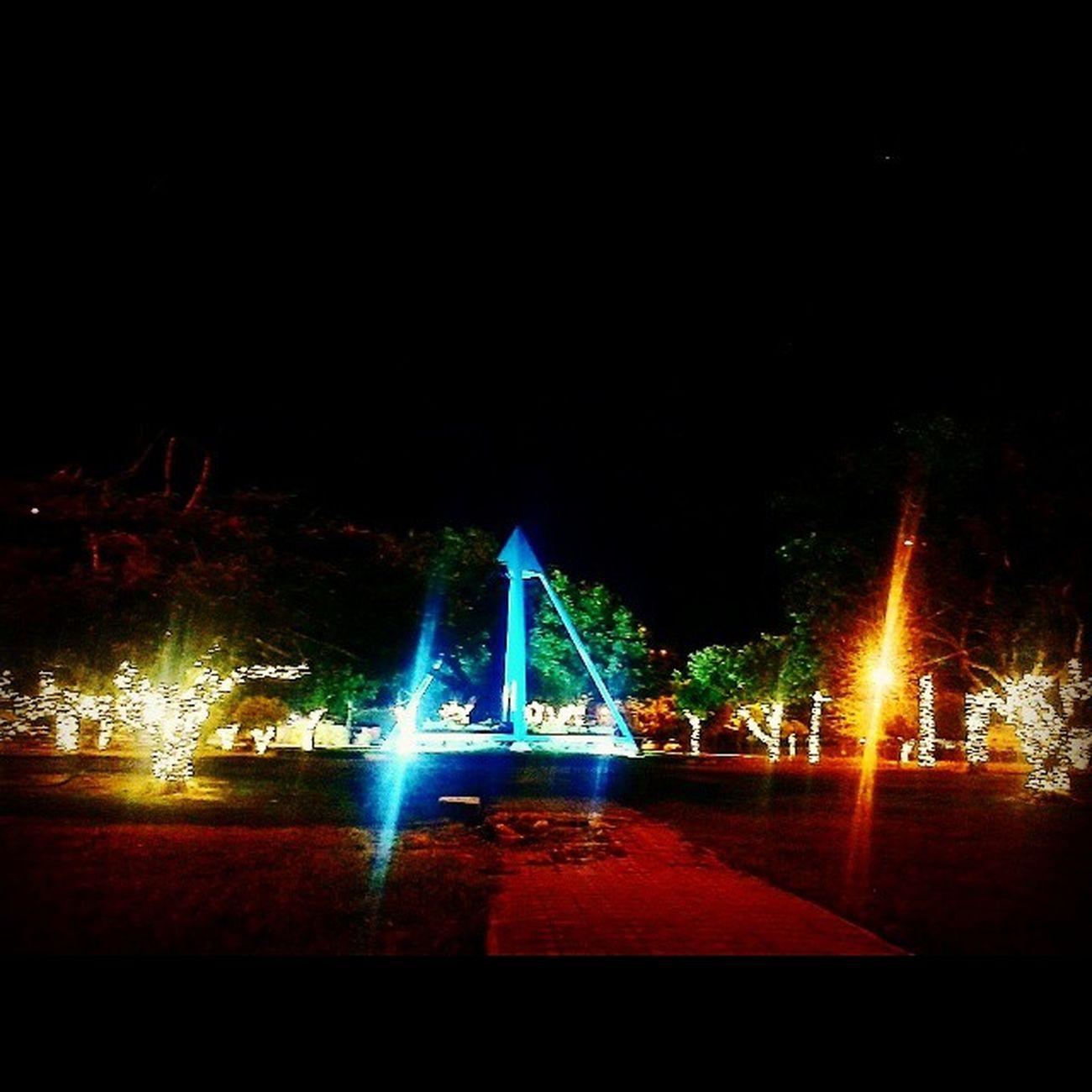 Chegando o Natal 🌲🎄🎍🎋🎁🎉🎇🎆 Natal Luzes Piramide Azul Verde Amarelo Laranja Vermelho Praça  PraçaDaPirâmide Boavista Roraima Norte Brasil Noite