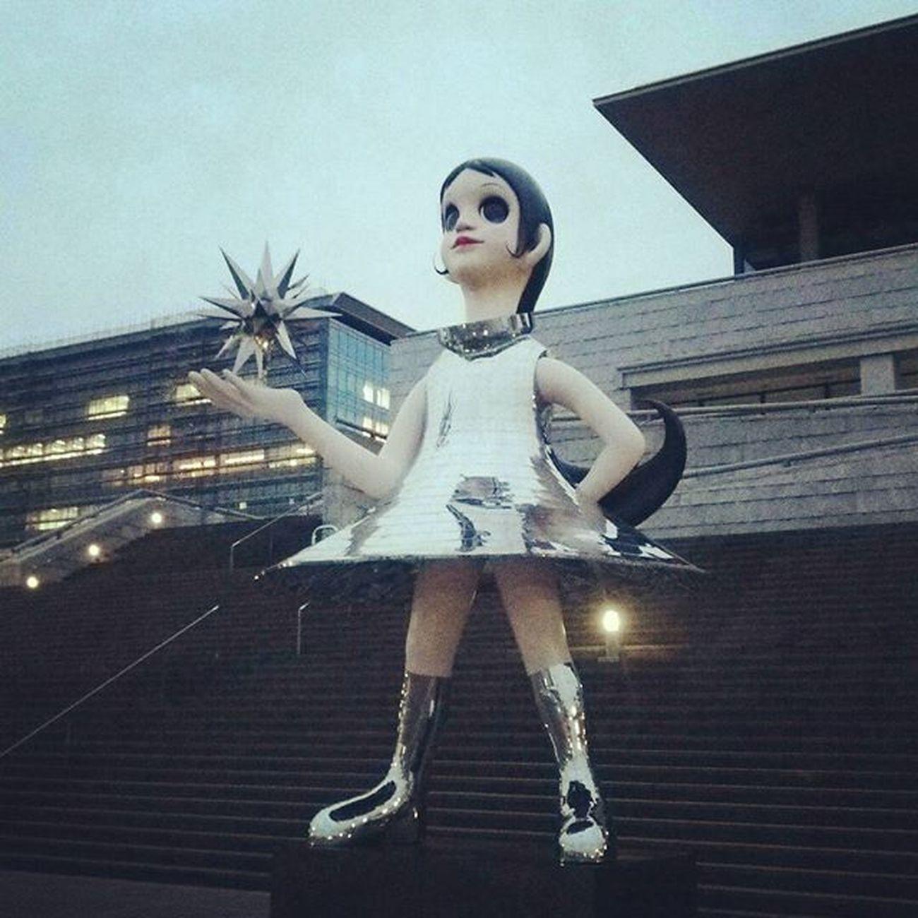 SunSister 兵庫県立美術館 Sun_Sister なぎさ ヤノベケンジ 過去現在未来を見つめる少女像 阪神大震災復興 希望の象徴 Monument Japan