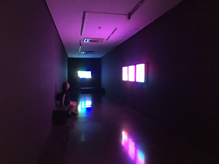"Extrait de l'exposition Brian Eno ""Lightforms / Soundforms"" en collaboration avec le Sónar Indoors  Lifestyles Walking (null)Real People Women One Person Illuminated Standing Adult Exposition Art Culture Exposition Barcelone Ambiance Music Ambient Violet"
