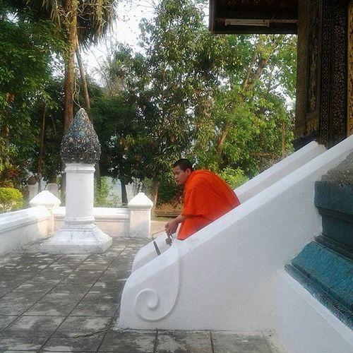 Waiting. Luangprabang Laos Watsandtemples Buddhism Wanderlust Everydayasia Dailylife Dailyphoto Photooftheday Peoplewatching Monks Travelshots Travelawesome Travel