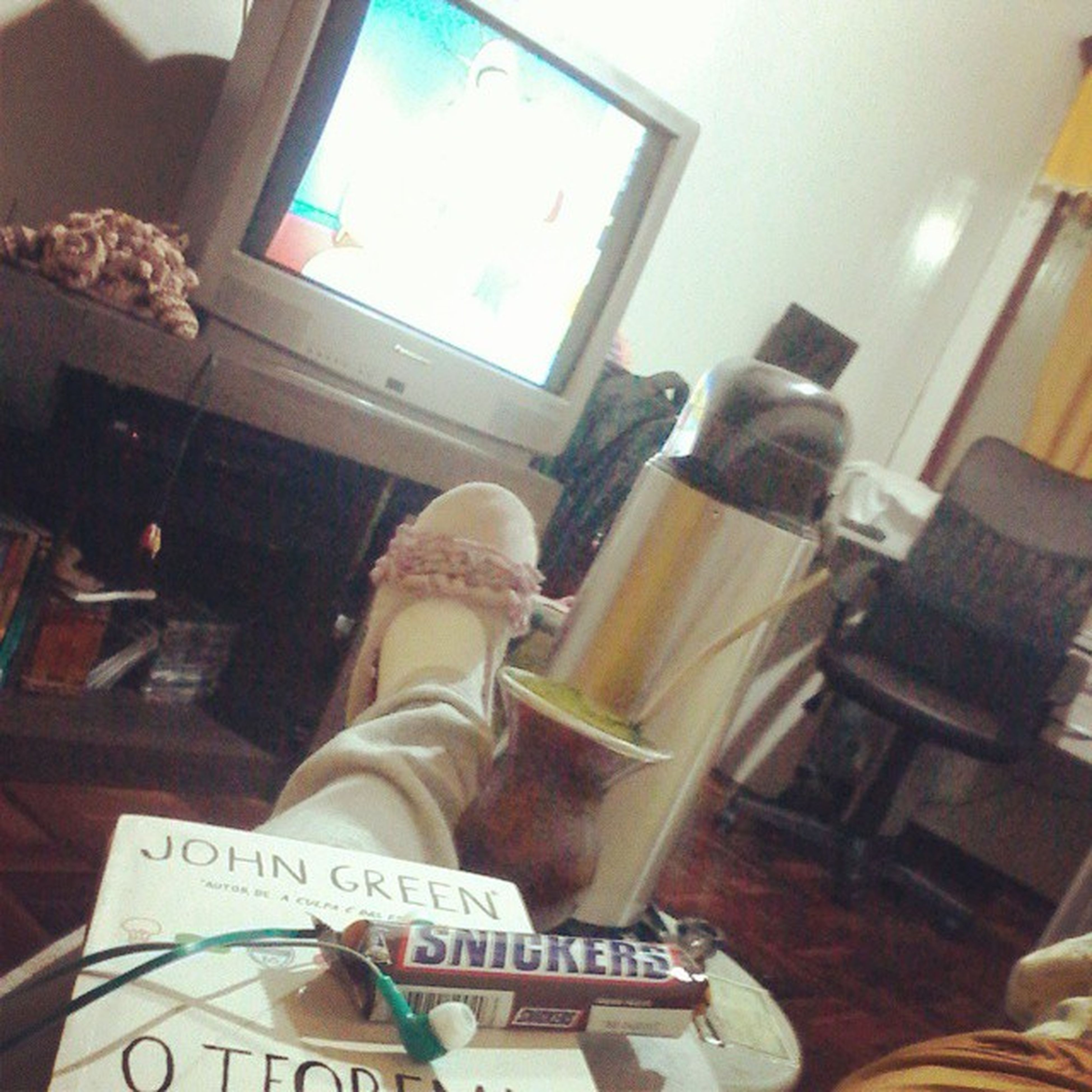 Quem sabe ler ou ver tv ou etc.... :) Johngreen OTeorema OTeorrmaKatherine