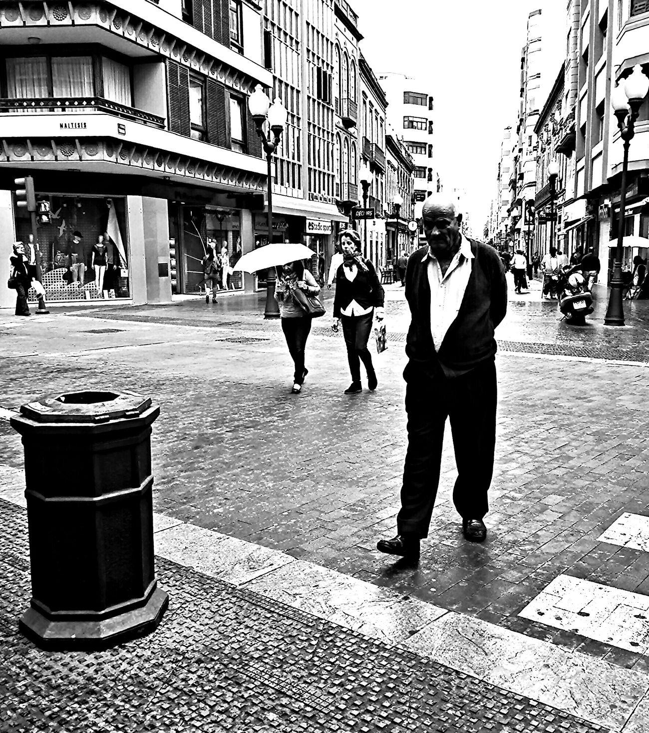 Oldmen/ freetime ...| Señor mayor/ tiempolibre... Architecture Main Street Bw_collection ...Unknow PeoplE...