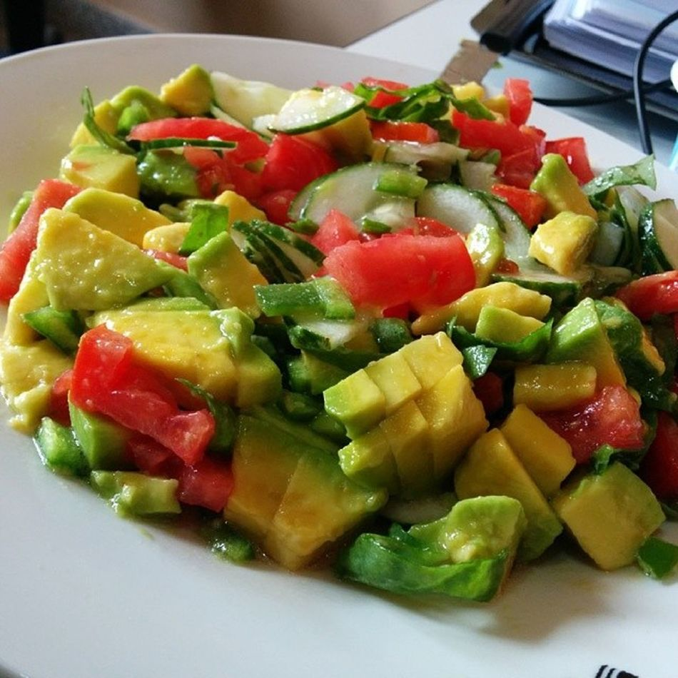 Salad: avocado, tomato, spinach, cucumber, olive oil and lemon juice Salad Healthy Nofilter Vagan healthyfood lunch worklunch