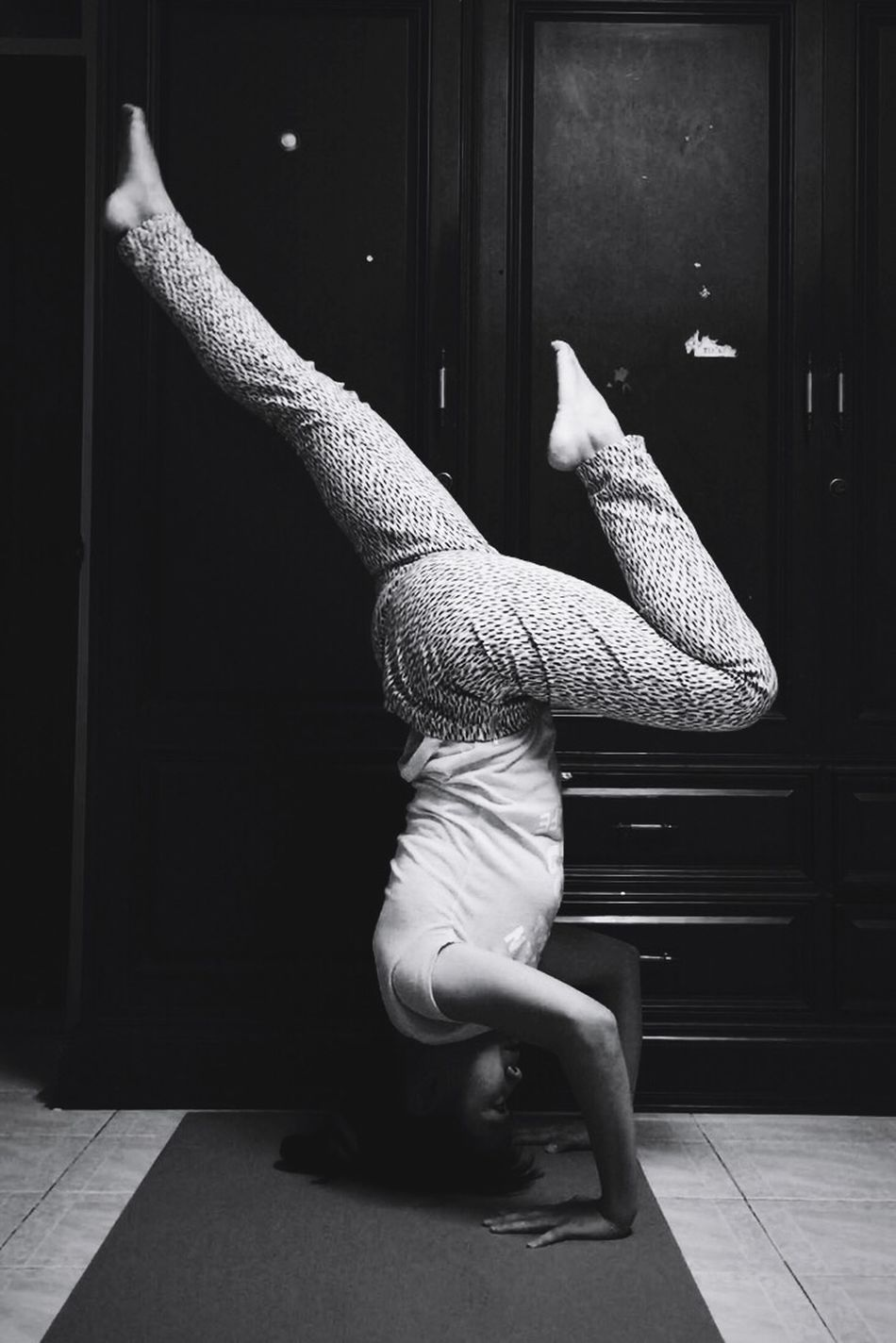 H E A D S T A N D | S P L I T L E G Yoga Yogawithbigvoice Headstand Balancing Act Balance Enjoying Life That's Me