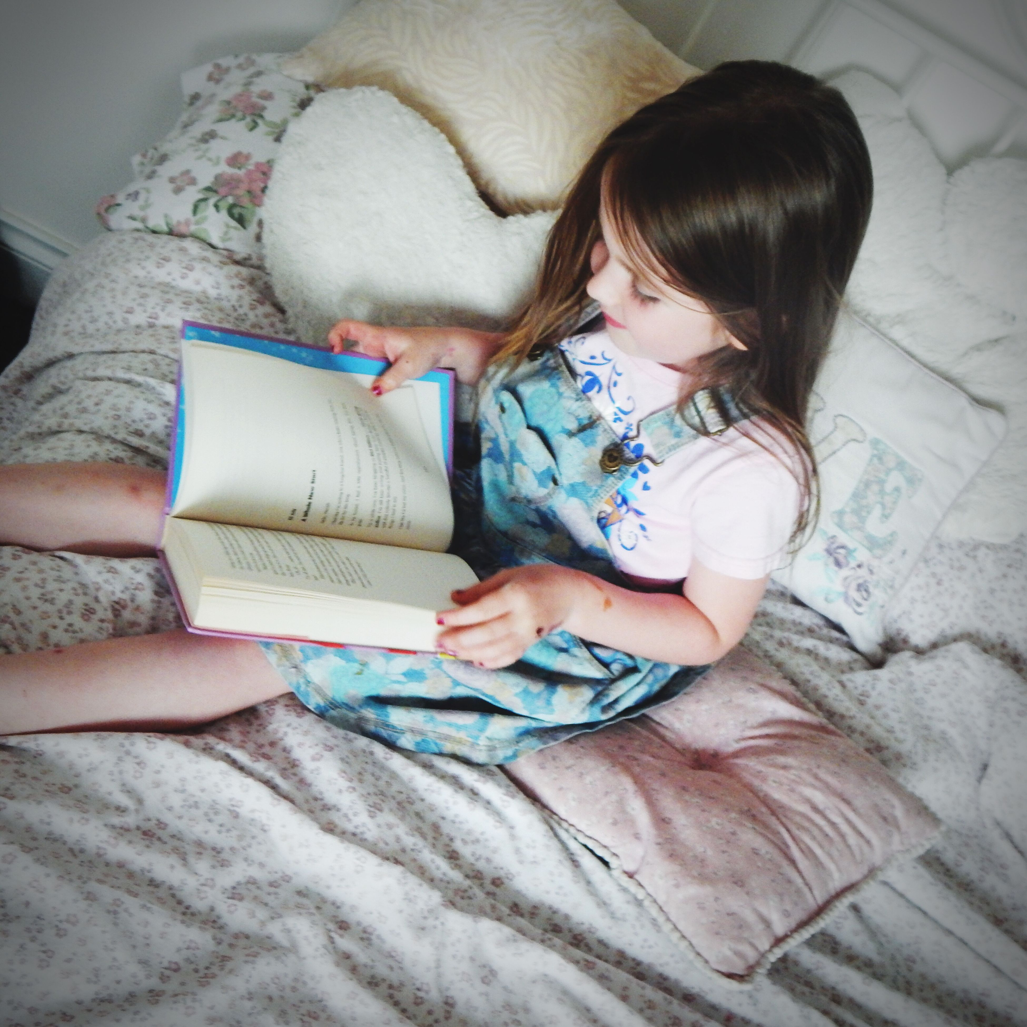 childhood, person, lifestyles, indoors, leisure activity, casual clothing, innocence, elementary age, relaxation, sitting, bed, cute, high angle view, girls, babyhood, lying down, home interior, boys