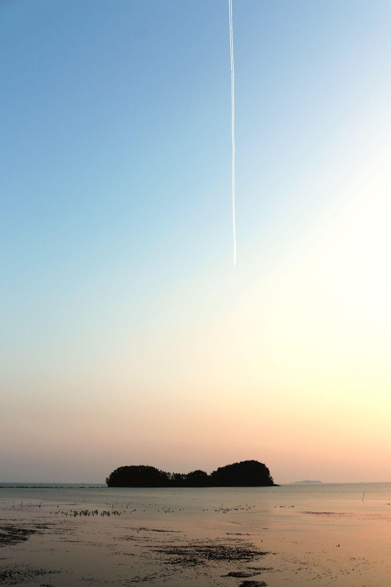 Sea Sky Leave Vapor Trail Behind Shooting Star Mud Flats 비행운이 별똥별 떨어지는 것 같이 찍혔다!