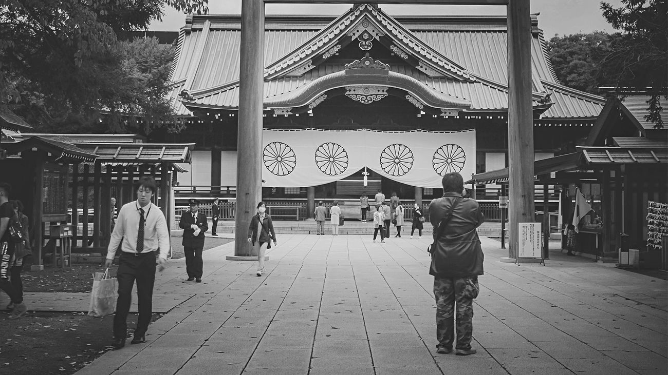Tokyo Story 9 : Yasukuni Shrine 靖国神社 Approach Of Japanese Shrine Sacred Places On The Road People Watching Black & White Yasukuni Noir Et Blanc 16:9 Panasonic Lumix GX1 LUMIX G VARIO 14-45/F3.5-5.6 50mm Walking Around The City  Tokyo Street Photography Symmetrical Symbolic Symmetry Chiyodaku Novemberphotoaday Japan Scenery Tokyo,Japan