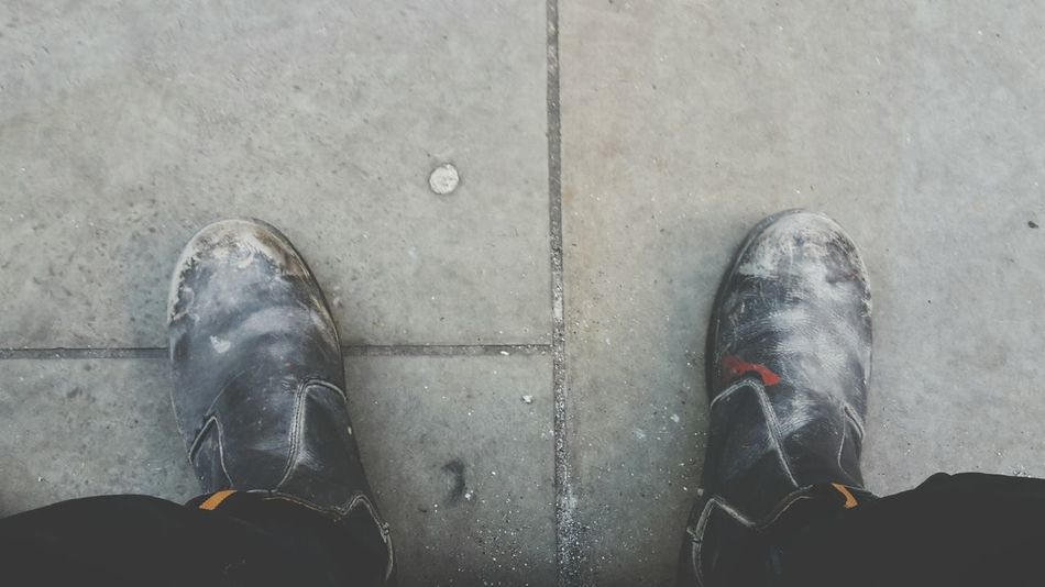Worn out workers boots Shoe Human Body Part Close-up Floor Workers Worn Out Dirty Daily Life Site Construction Common Life Boots Urban Outdoors Tatty Second Acts Hardlife Rethink Things EyeEm Ready   Business Stories Colour Your Horizn